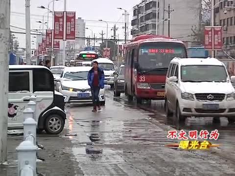 市中心医院门前 人车混行交通秩序混乱