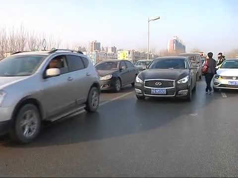 市区开源立交桥发生汽车连撞事故