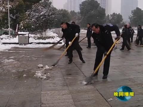 王明威查看主干道积雪清理情况