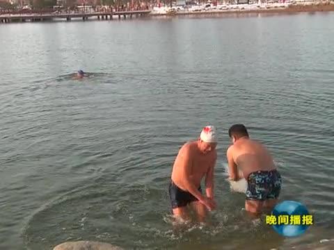 冬泳爱好者雪天畅游