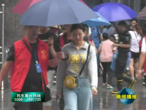 一场急雨 市中心医院志愿者为病人撑起爱心伞