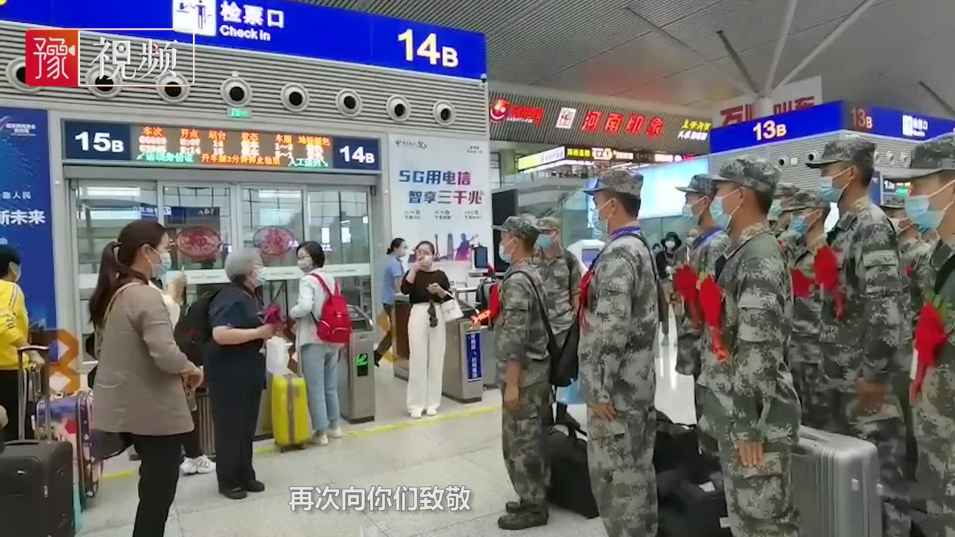 郑州一老教师车站遇新兵,激切致辞并敬礼,获军人齐刷刷回礼!