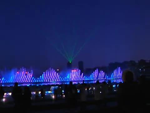 音乐喷泉水幕灯光秀在市人民公园上演