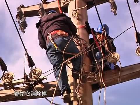 严寒里的坚守:电力工人辛苦作业保供电