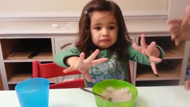 《小萝莉吃冰!反应太搞笑了》