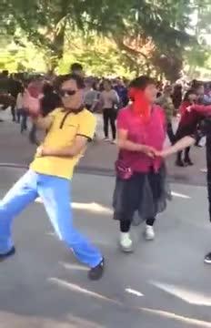 《销魂大叔砸广场舞大妈场子了》