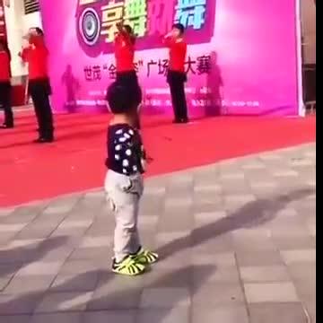 《未来的广场舞之星啊!绝对是被奶奶带大的》