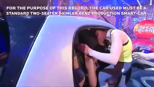 《开挂了!一辆车里塞进20个美女》